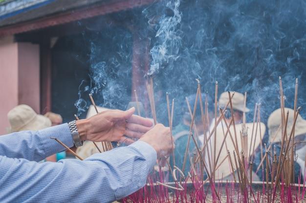 Fumée de bougie dans un temple en asie