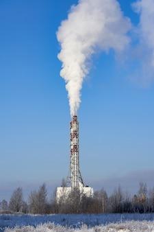 Fumée d'une cheminée contre un ciel bleu