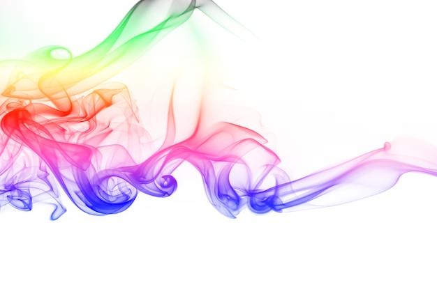 Fumée colorée abstraite sur fond blanc. conception de feu