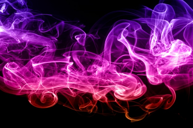 Fumée colorée abstraite sur fond noir. fumée dense, feu