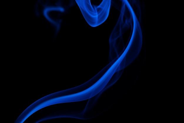 Fumée colorée sur un fond noir