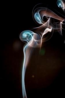 Fumée colorée sur fond noir.