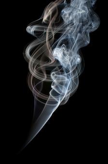 Fumée colorée isolée sur fond noir