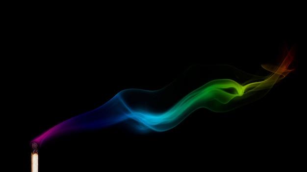 Fumée colorée d'un match éteint isolée sur fond noir