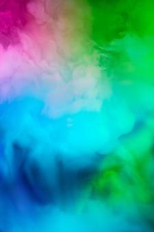 Fumée colorée et multicolore abstraite se propageant, fond clair pour la publicité ou le design, fond d'écran pour gadget. texture de fumée éclairée au néon, soufflant des nuages. conception moderne.
