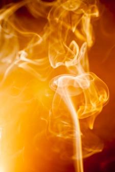 Fumée dorée sur fond noir