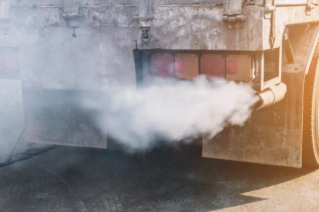 La fumée de l'échappement du camion