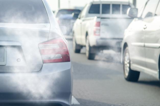 Fumée de l'échappement de la voiture sur la route