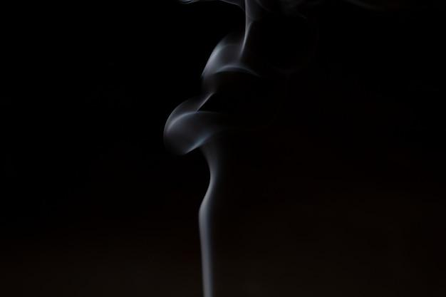 La fumée de l'encens d'aromathérapie colle avec l'odeur du bois de santal et de l'huile essentielle en médecine chinoise.