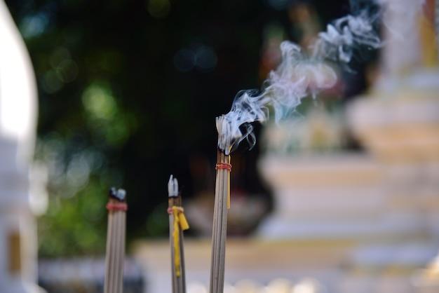 La fumée d'encens est croire les gens de la thaïlande