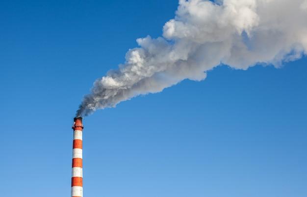 Fumée épaisse blanche de la cheminée de la chaufferie.