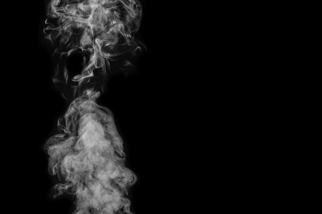 Fumée figurée sur fond sombre