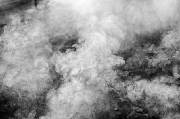 Fumée sur fond noir.