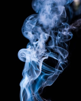 Fumée sur fond noir
