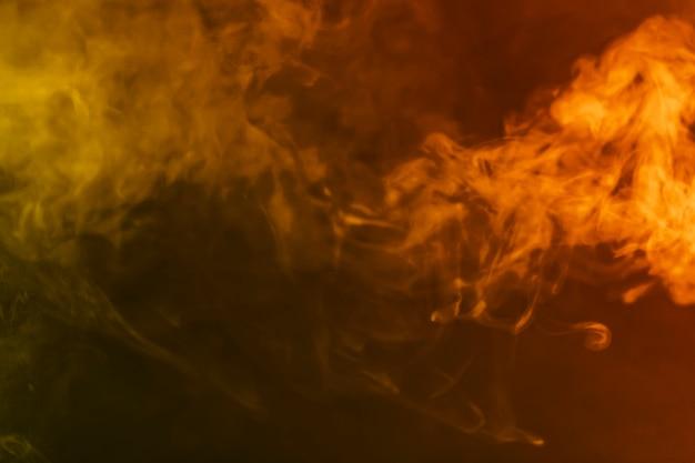 Fumée sur fond orange