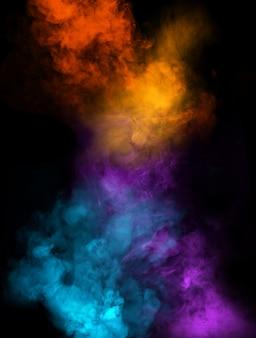 Fumée multicolore sur mur noir
