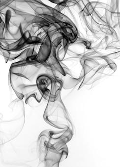 Fumée noire sur fond blanc. feu
