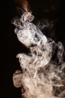 Fumée ondulée brune sur fond noir