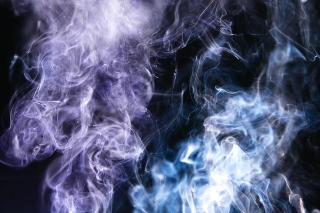 Fumée ondulée sur fond noir