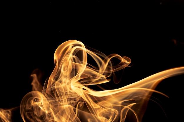 Fumée d'or sur fond noir.