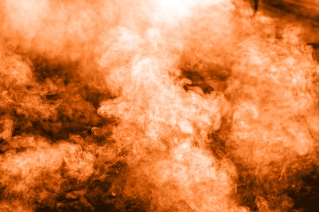 Fumée orange sur fond.