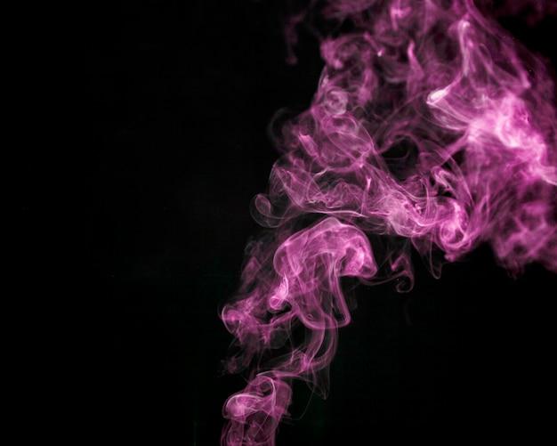 Fumée rose sur fond noir