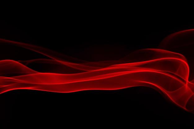 Fumée rouge et brouillard sur fond noir