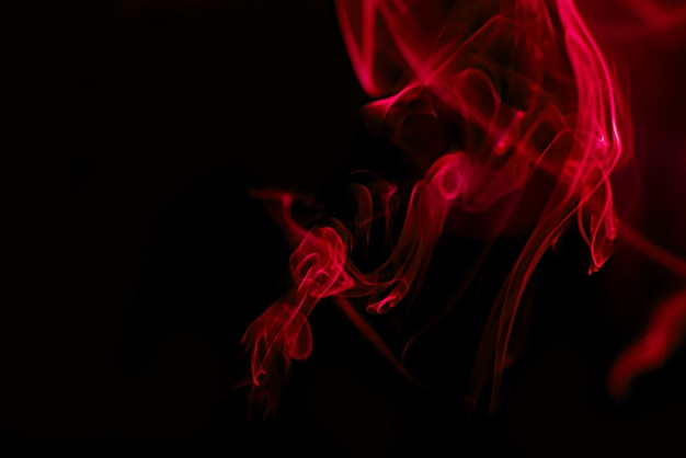 Fumée rouge sur fond noir