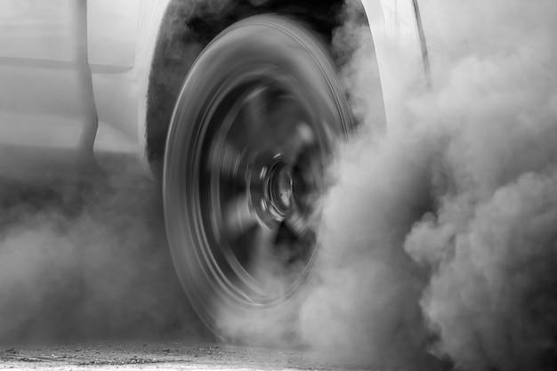 Fumée s'échappant d'une roue de voiture