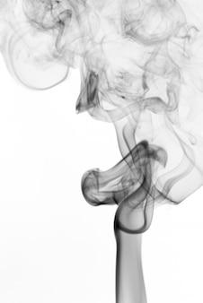 Fumée sombre isolée sur fond blanc