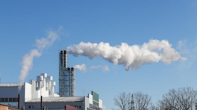 De la fumée sort du tuyau de la centrale électrique