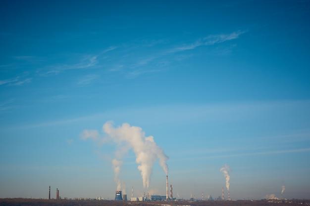 Fumée d'une usine de pipe sur un ciel bleu. pollution de l'environnement, problèmes environnementaux