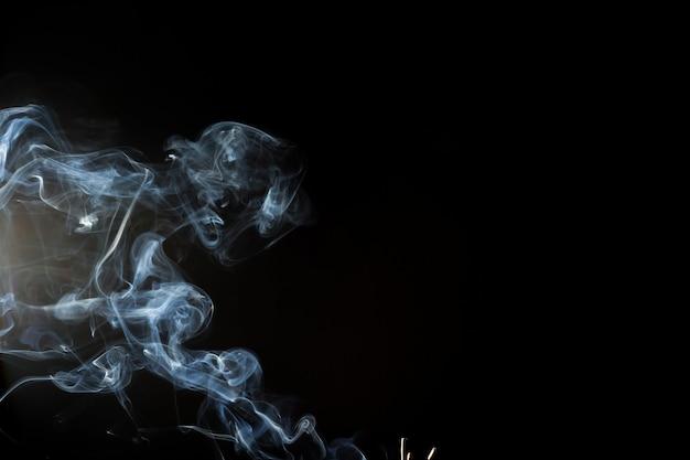 Fumée ou vapeur sur fond noir, abstrait