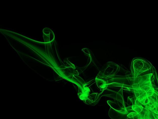 Fumée verte abstraite sur fond noir, concept d'obscurité