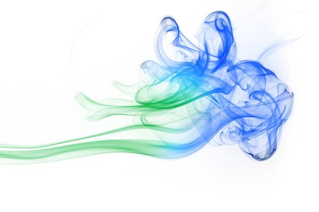 Fumée verte et bleue abstraite sur fond blanc
