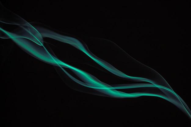 Fumée verte colorée sur fond noir