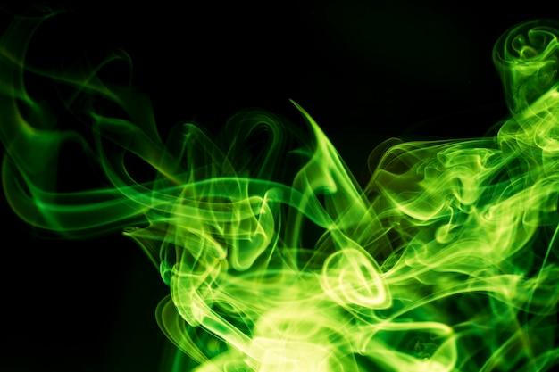 Fumée verte sur fond noir.