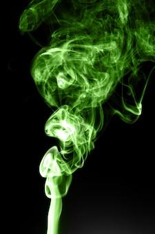 Fumée verte sur fond noir