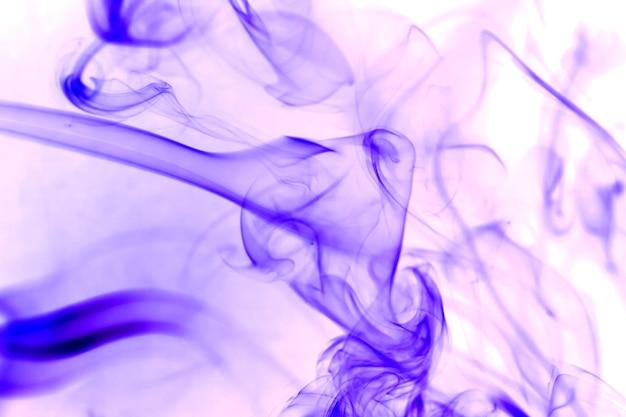 Fumée violette sur fond blanc.