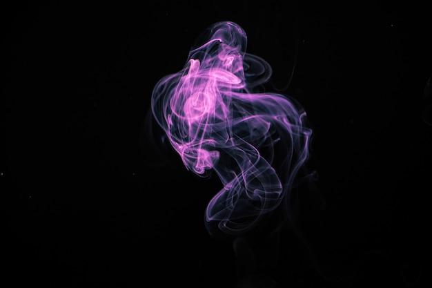 Fumée violette sur fond noir.