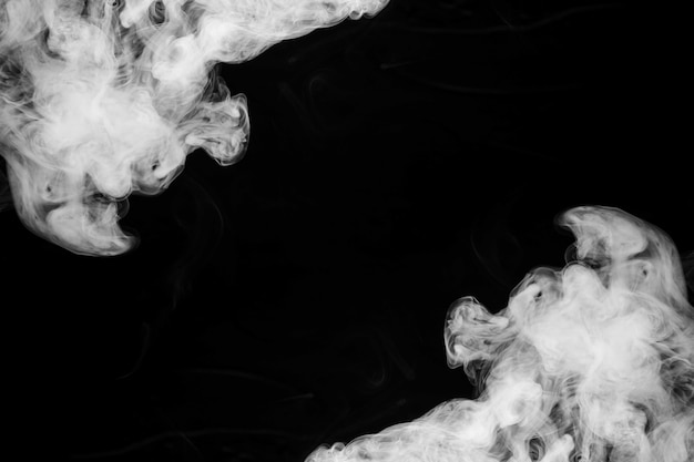 Fumées de fumée au coin du fond noir