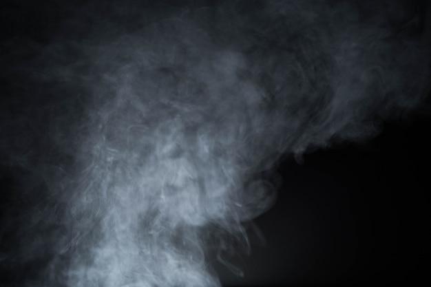 Fumer dans le fond noir