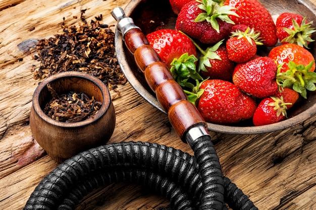 Fumer le narguilé sur la fraise