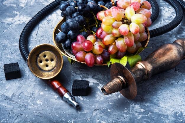 Fumer narguilé avec des raisins