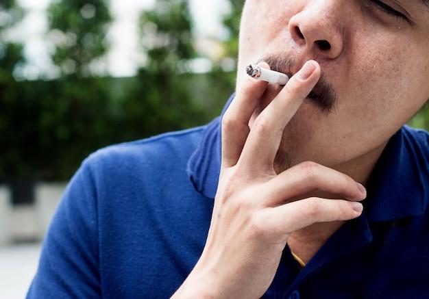 Fumeur extérieur homme asiatique