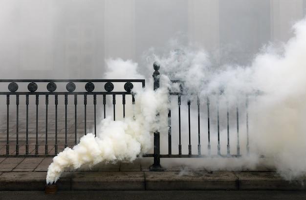 Fuming fumée bombe sur la route pendant l'action de protestation