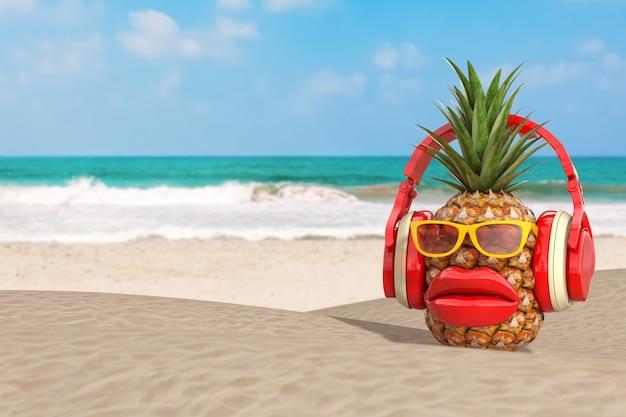 Fun cartoon fashion hipster cut ananas character avec des lunettes de soleil jaunes ð± casque rouge et grandes lèvres rouges sur l'océan ou la plage de sable de mer en gros plan extrême. rendu 3d
