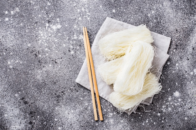 Funchoza cru, nouilles aux haricots coréens