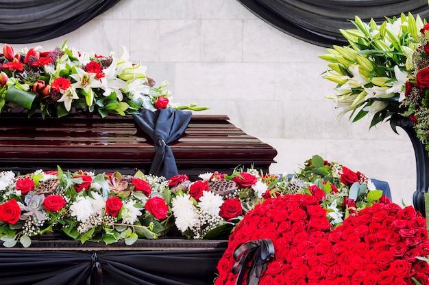 Funeral, joliment décoré avec des arrangements floraux cercueil, gros plan