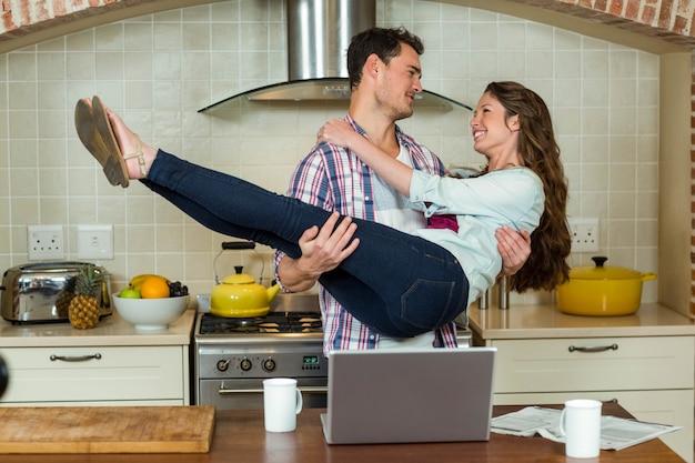 Funky couple s'amuser dans la cuisine